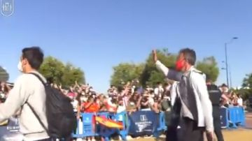 Luis Enrique saluda a los aficionados a su llegada a Sevilla
