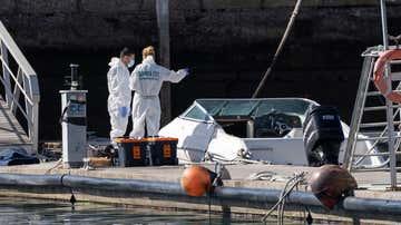 La Policía Científica analiza una embarcación en la base de la Guardia Civil de la dársena pesquera de Santa Cruz de Tenerife, propiedad de Tomás Gimeno
