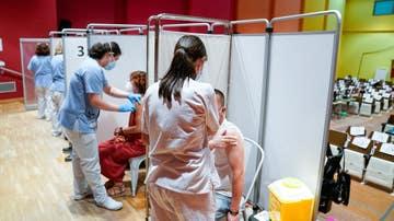 Personas recibiendo la vacuna en el Hospital Severo Ochoa de Leganés