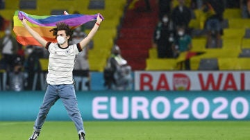 Un hombre salta con la bandera arcoiris durante el Alemania - Hungría