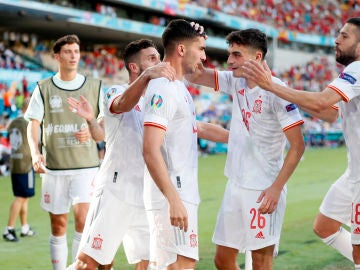 España celebra un gol ante Eslovaquia