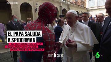 Qué hay tras la insólita imagen de Spiderman saludando al Papa Francisco