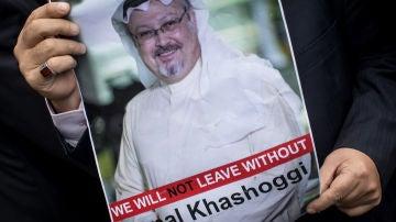 Un hombre sostiene un cartel del periodista saudí Jamal Khashoggi durante una protesta organizada por miembros de la Asociación de Medios de Comunicación Turco-Árabes
