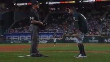 Un jugador de béisbol se baja los pantalones frente al árbitro tras ser acusado de portar sustancias prohibidas