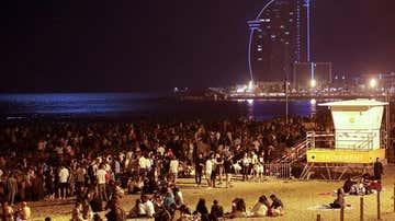 Cientos de personas celebran en la playa de la Barceloneta la noche de San Juan