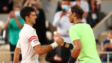 Novak Djokovic saluda a Rafa Nadal tras la victoria en semifinales en Roland Garros