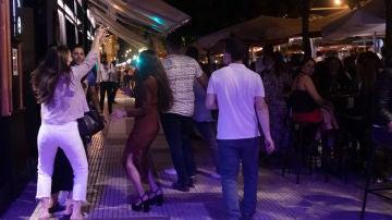 Varias personas en la terraza de un bar en Sevilla