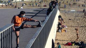 Varias personas practican deporte en la playa