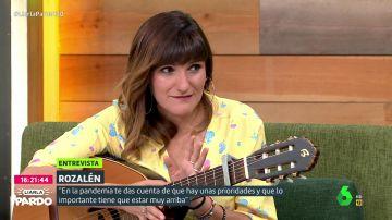 """La relación de Rozalen y José Bono sorprende a Cristina Pardo: """"Él me regaló mi primera guitarra con diez años"""""""