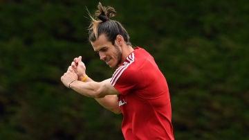Gareth Bale practica su golpeo en el golf