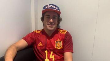 Fernando Alonso con la camiseta de la Selección Española de fútbol