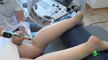 Imagen de un fisio tratando a una paciente