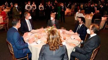 Felipe VI, Pedro Sánchez y Pere Aragonés comparten mesa en el Mobile World Congress