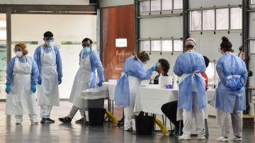 Imagen de archivo de varios sanitarios en un centro donde se realizan PCR.