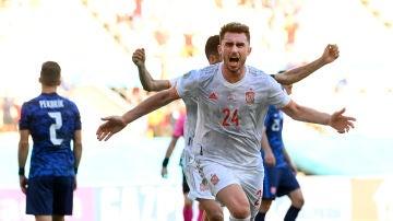 Aymeric Laporte celebra su primer gol con España ante Eslovaquia