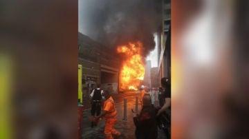 Una explosión provoca un gran incendio en la estación de metro londinense 'Elephant and Castle'