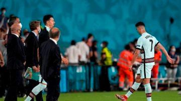 Cristiano Ronaldo le da una patada al brazalete de capitán