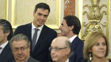 Pedro Sánchez y José María Aznar durante el acto en el Congreso por los 40 años de democracia