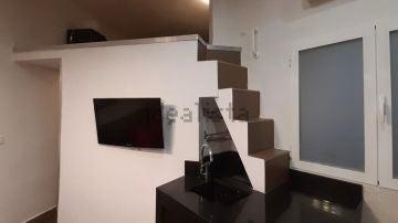 El anuncio de Idealista para los amantes del riesgo: se alquila apartamento con las escaleras sobre la encimera de la cocina