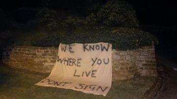 La pancarta de aficionados del Everton en la casa de Rafa Benítez