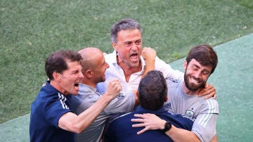 Luis Enrique celebra un gol con sus ayudantes