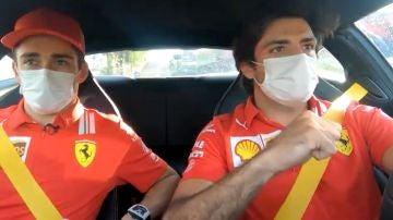 Sainz y Leclerc compartiendo impresiones tras el GP de Estiria en un Ferrari Roma
