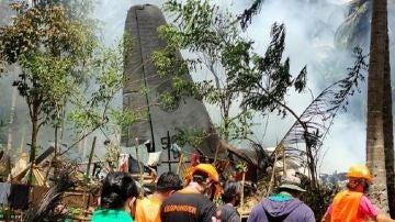 Imagen del accidente de un avión militar en Filipinas