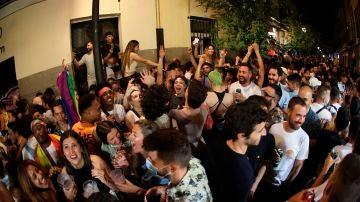 Decenas de personas celebran el día del Orgullo en Chueca (Madrid)