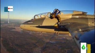 El divertido vídeo viral del intento de un paracaidista de salir del avión para lanzarse al vacío
