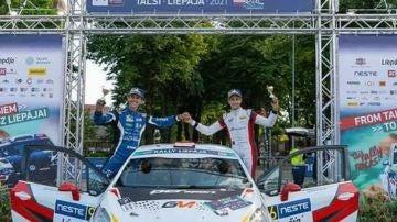 Gil Membrado junto a Rogelio Donate en el podio del Rally de Liepaja