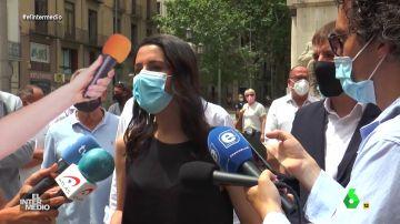 Vídeo manipulado - Un periodista golpea a Inés Arrimadas con un micrófono en la cabeza