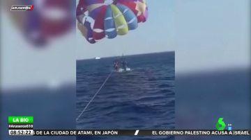 El momento en el que un tiburón muerde a un hombre mientras hace parasailing