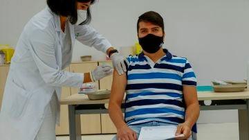 Una enfermera administra la vacuna a un empleado de El Corte Inglés en el centro comercial de Arapiles, en Madrid