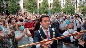 El alcalde de Granada, Francisco Cuenca, enseña la vara de mando.