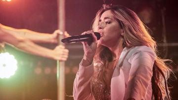 La cantante Lola Índigo durante un concierto en Navarra
