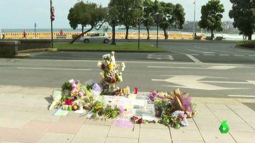 El lugar en el que mataron a Samuel Luiz de una paliza rodeado de flores y velas