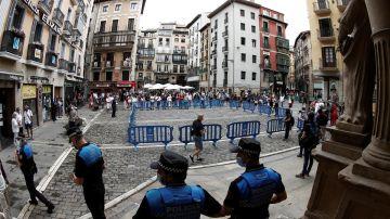 Control establecido por Policía Municipal en el acceso a la Plaza del Ayuntamiento.