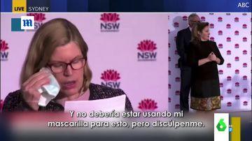 El mal rato de la directora de Salud de Australia al darse cuenta que se está limpiando el ojo con su mascarilla en directo