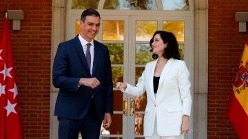 Pedro Sánchez e Isabel Díaz Ayuso saludándose a las puertas del Palacio de la Moncloa