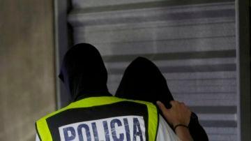 Un agente lleva a uno de los detenidos por el crimen de Samuel a dependencias judiciales
