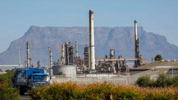 Un camión circula junto a la refinería de Chevron en Ciudad del Cabo en Sudáfrica