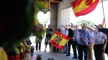Franquistas realizan el saludo fascista ante el panteón de la familia Franco en el aniversario del golpe de Estado