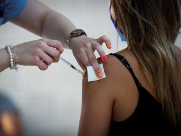 Una joven recibe la vacuna contra el coronavirus en San Sebastián