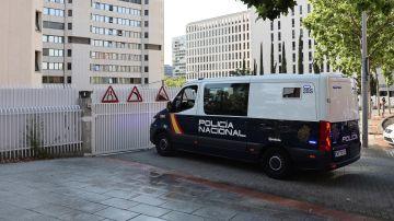 Vista de un furgón de la Policía Nacional en el que ha sido trasladado el detenido.