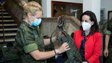 Margarita Robles sujeta el nuevo chaleco antibalas femenino