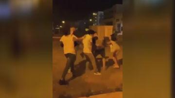 Momento en el que un joven recibe una pedrada en la cabeza