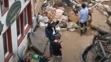 La periodista Susanna Ohlen se mancha de barro para informar sobre las inundaciones en Alemania