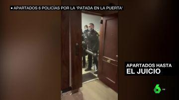 policias patada puerta