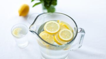 El mito del agua con limón para adelgzar: esos son (realmente) sus beneficios