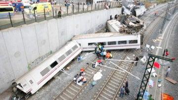 Estado en el que quedó el tren Alvia que cubría la ruta entre Madrid y Ferrol, tras descarrilar cerca de Santiago de Compostela
